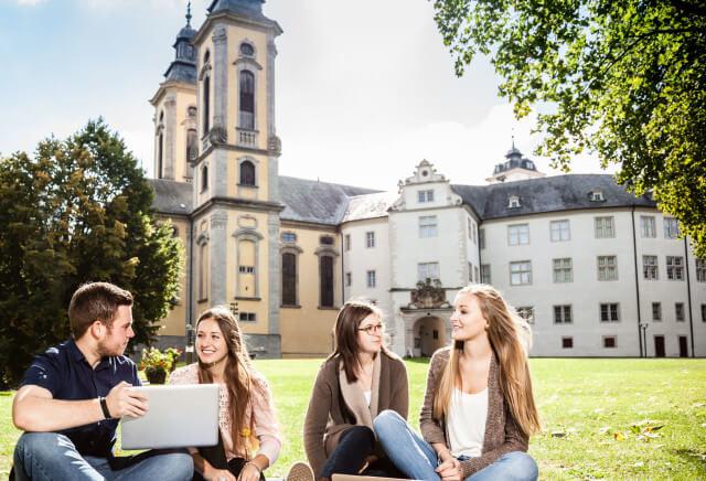 Studierende im Innenhof vom Campus Bad Mergentheim