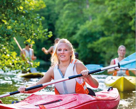 Studierende beim Kanu fahren