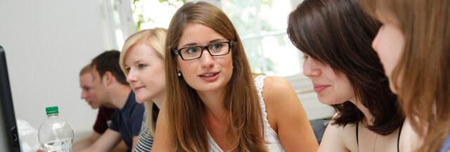 Studierende diskutieren in Vorlesung