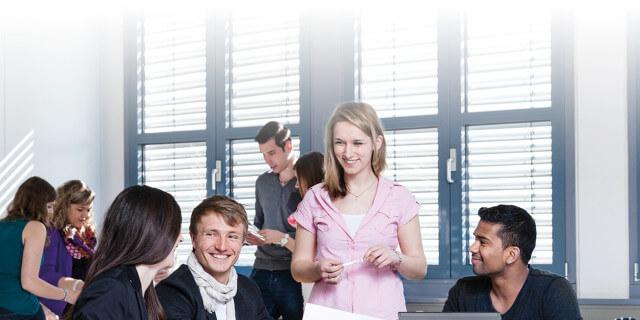 Studierende lächeln während der Zusammenarbeit