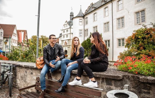 Studierende vor Schloss
