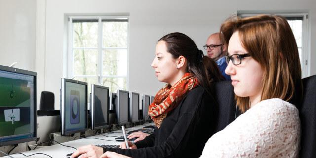 Studierende arbeiten am PC